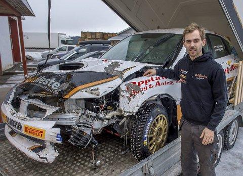 KRAFTIG: Petter Kristiansen konstaterer at bilen hans fikk en skikkelig trøkk i Rally Finnskog.FOTO: BRYNJAR EIDSTUEN