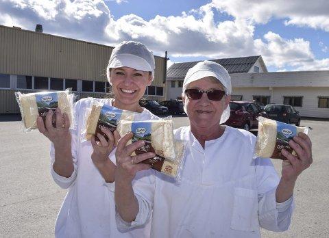 OPPTUR: Berthas Bakerier AS solgte fire millioner topakninger med smurte tykklefser i fjor. – Vi er på opptur, inn i en ny storhetstid, for Berthas, sier produksjonsarbeiderne Justyna Wiercimak (t.v.) og Synnøve Nystuen. Sistnevnte har opplevd mange opp- og nedturer gjennom sine 34 år ved bakeriet i Fall.Foto: Sæmund Moshagen