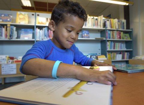 Leser: Torstein Seierstad er snart skoleklar og allerede flittig bruker av biblioteket på Gjøvik. Foto: Asbjørn Risbakken