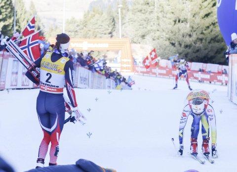 Så nær pallen: Tour-vinner Heidi Weng heiet fram Ingvild Flugstad Østbergpå de siste metrene før mål, mens Stina Nilsson så vidt holdt unna og sikret seg den siste pallplassen i årets Tour de Ski. Foto: Terje Pedersen, NTB Scanpix