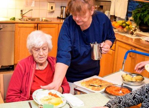 """Aud Bilitt på Hovli sykehjem er fornøyd med å få dagens middag - fiskegrateng med poteter og gulrot - servert av Anita Johannessen til """"vanlig"""" middagstid kl. 15.30."""
