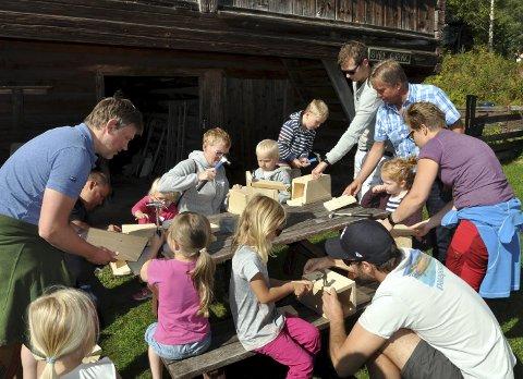 TIL SMÅFUGLENE: Fuglekasser ble laget på løpende bånd, og Tore Hagebakken passet på at det ble riktig gjort, slik at fluesnappere og meiser slipper å gå baklengs inn i kassa.FOTO: Hans Olav Granheim