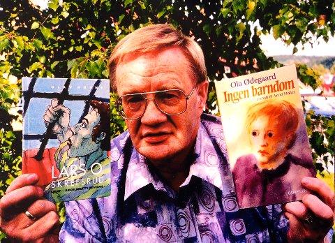 GJENKJENNELIG: Ola Ødegaard med boka til Lars Olsen Skrefsrud og hans egen bok om sin manglende barndom, hvor han skriver mye fra Bardu.