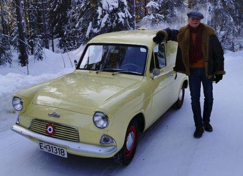 VELHOLDT EKSEMPLAR: Einar Albrigtsen-Søberg er glad i urestaurerte biler med kjent historie. I så måte passer hans Ford Anglia perfekt i samlingen. Så er spørsmålet, er han sent eller tidlig ute med mai-blomsten?FOTO: DAG SKOGLUND
