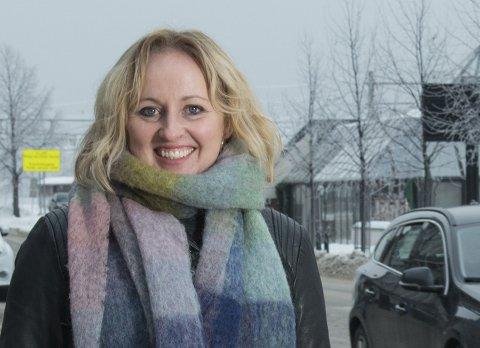 RISTER PÅ HODET: Marianne Mittet Solbraa som er regionleder i Trygg Trafikk rister på hodet etter å ha sett videoen der en bilist kjørte så fort i svingen at den fikk sladd på fire-hjul i 40-sonen.