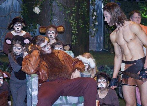 Apefar: Tarzan (Erik Oskar Berg) sammen med apefar (Lars Peter Østrem), omgitt av apeflokken. Fredag 26. januar går teppet opp OPAL-musikalen om «Tarzan» i Kolben.  begge foto: ole Kjeldsberg Endresen