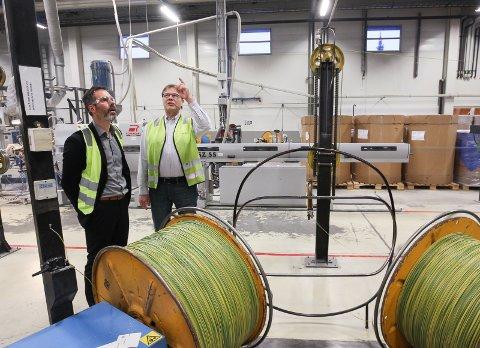 TIL HIMMELS: Nexans på Langhus er en av de største eksportbedriftene i Follo, og bidrar sterkt til at det skapes arbeidsplasser andre steder i landet. Fabrikksjef Torbjørn Blomsnes og produksjonssjef Jon Snesrud har grunn til å være fornøyde.