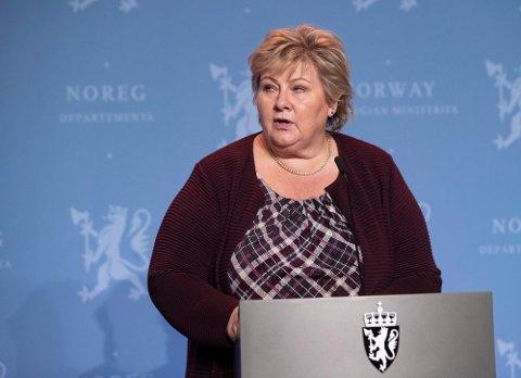 Statsminister Erna Solberg (H) sa på en pressekonferanse mandag at man fra og med onsdag ikke kan være flere en n50 på et privat arrangement på et offentlig sted. Foto: Terje Bendiksby / NTB Foto: (NTB scanpix)