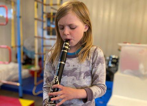 ØVER: Liva Frisk (8) har nettopp startet i Finstad skolekorps. Å spille klarinett har hun lært på Zoom. Nå gleder hun seg til å spille på 17. mai.