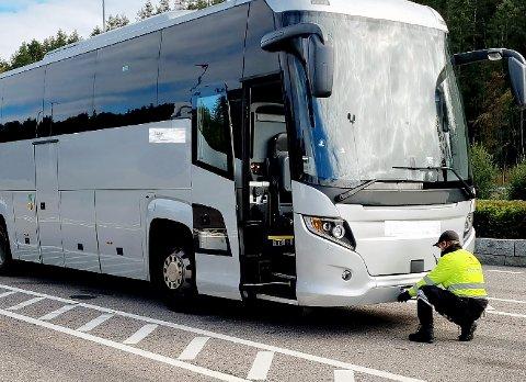 STOPP: Her blir bussen avskiltet av utekontrollen i Statens vegvesen fredag formiddag.