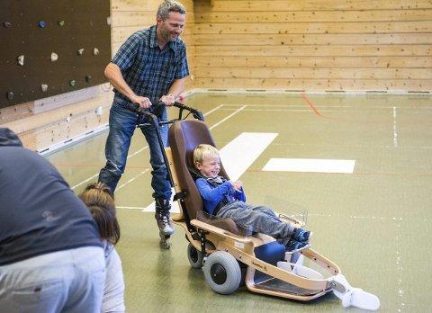 Et stort smil: Magnus Christiansen (5) var et eneste stort smil under hele treningsøkten, og det smittet tydelig over på pappa Tom Jarle Christiansen.Foto: Truls Lian