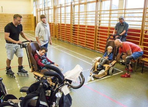 Spesialbygde: Rolf Einar Pedersen inspiserer stolen til Magnus Christiansen (5). Elias Tenvik-Solfjeld (12), pappa Stian Solfjeld og Merete Bergan følger med.