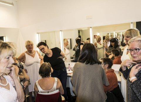 Makeup: Karin Marie Gunnarsson fra Jazz Frisør har utfordringen med å få vakre voksne jenter til å gløde ekstra i rampelyset når danseforestillingen «Patina» spilles i Bølgen denne uken.foto: Per ALBRIGTSEN
