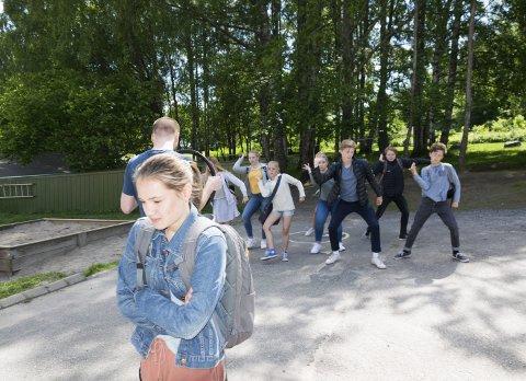 Mobbing: Læringsmiljøsenteret lager nå en video med mobbing som tema. Da valgte de dansere fra Studio Nille og skolegården på Langestrand som scene.foto: Per Albrigtsen