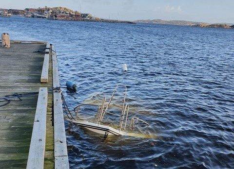 UNDER VANN: Denne fritidsbåten har ligget slik ved Dampskipsbrygga i Stavern i flere dager.