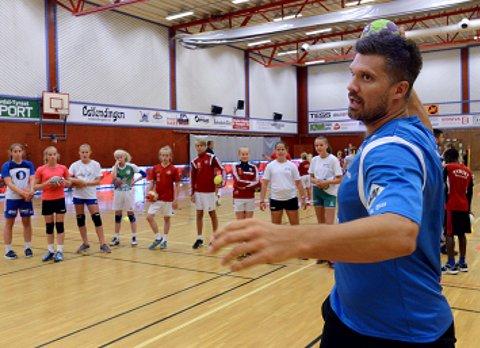 DEMONSTRERER: Barna på håndballskolen følger nøye med når Kristian Kjelling instruerer.