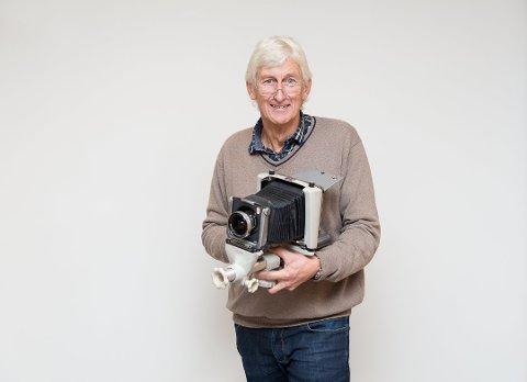TUNGT: Per Holland fotograferte mange år, bak en duk, med dette tunge Linhof-kameraet. Foto: Jo E. Brenden