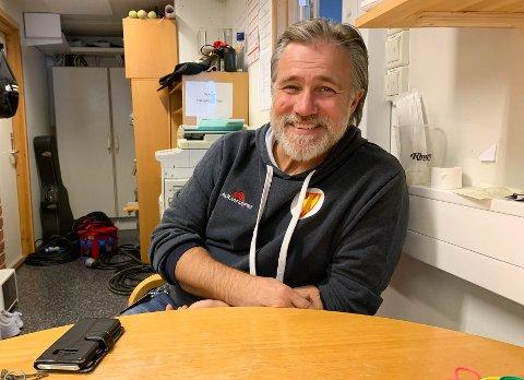 TELEFONER: Det blir mange telefoner i løpet av dagen og kvelden, sier Lars Westgård, ny avdelingsleder for idrettshaller i Elverum.