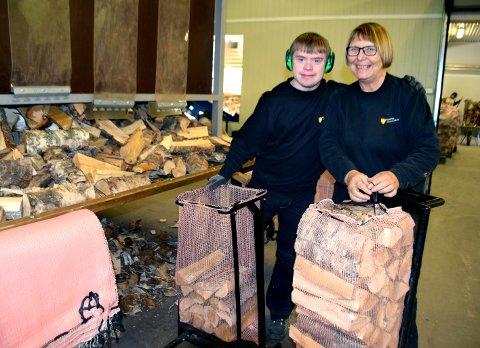 MYE Å GJØRE: Jan Øyvind Aasheim har hektiske dager på jobb. Det er stor etterspørsel og arbeidsleder Astrid Fuglesang forteller at kunder har stått i kø utenfor lokalene før åpningstid for å sikre seg tørr ved.