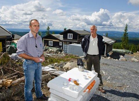 Må selge: Bestyrer Jan-Tore Hemma og styreleder Hans Bjugstad i Brøttum Almenning.
