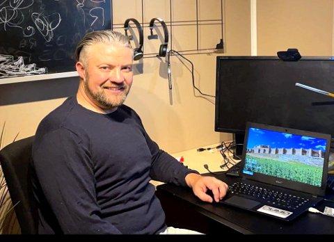 GOD GJERNING: Pål Grønstad ville gi bort tre PCer. Han er rystet over de mange historiene folk forteller om vanskelig økonomi.