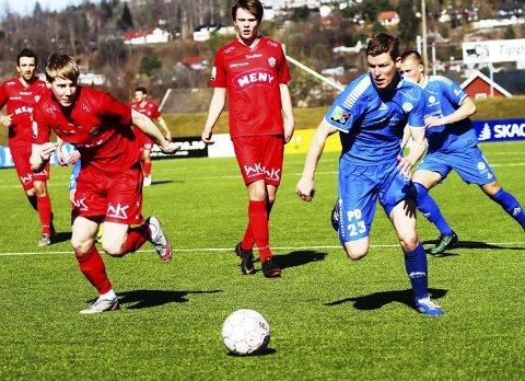Tøft: Victor Vindfjell forsøker å drible seg gjennom FK Tønsberg-forsvaret, men mål ble det ikke denne gang for 25-åringen. Gjestene forsvarte seg godt mot et litt energiløst Pors-lag. 1-1 var nok i underkant av hva mange hadde forventet på forhånd.