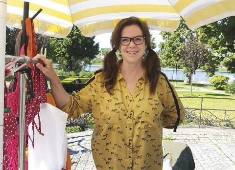 EGENPRODUSERT: Karen Sofie Sølland hadde salgsbod ved Minneparken torsdag ettermiddag. Alt hun selger er egenprodusert.