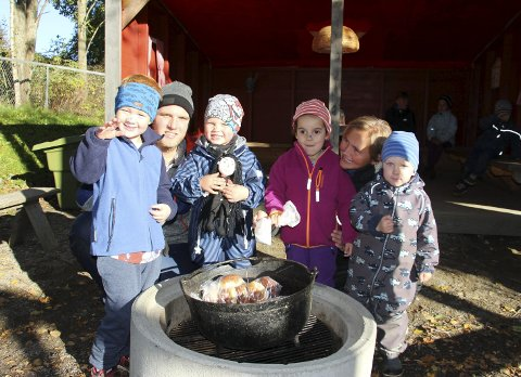 Pulverheksas hus: Birk, Mads, Egilis, Sara, Anne-Marit og Theodor er klar for å smake på pulverheksas boller.Alle foto: Beate Sloreby