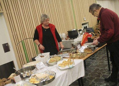 Mye mat: Torhild Fossli var med også i fjor. Det var mye forskjellig mat som rakstingene kunne sette smake på i fjor. Arkivfoto: Joachim Constantin Høyer
