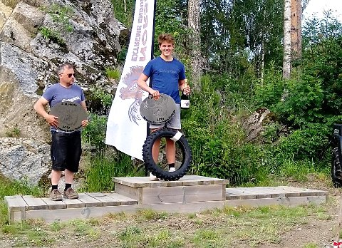 ØVERST PÅ SEIERSPALLEN: Oliver står på øverste trinn på seierspallen med premier som bevis på triumfen i den tøffe endurokonkurransen.