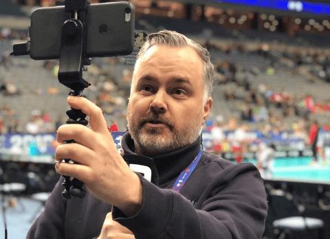 HOLDER INNEBANDYMILJØET OPPDATERT: Kent Henriksen i aksjon for Innebandyavisen på O2 Arena i Praha. Det er tolv år siden han startet opp nettavisen, som han tar ytterligere sats med i år.