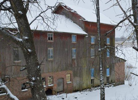VIL RIVE MØLLA: Herrefosser mølle er ikke trygg i den forfatningen den er i dag. Eier Vibeke Kvisler søker nå om å rive mølla, og heller sette opp en garasje og carport på eiendommen.