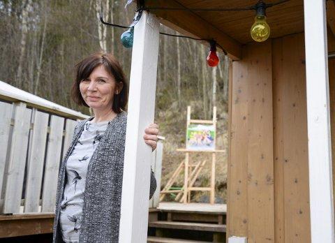 Hagefest: Elisabeth Hjaltested åpner opp hagen, og arrangerer for sjette gang utstilling i bakgården. I hagen har de både sauna og hønsegård. Foto: Lisa Ditlefsen