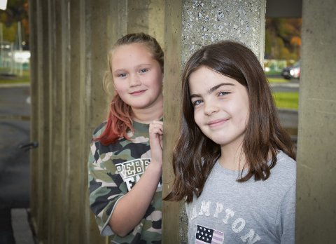 Kommer aldri til å slutte: Både Matilde M. Rundhaugen (t.v.) og Live N. Brynlund har vært bøssebærere siden 3. klasse. Nå går de i 6. Foto: Beate Nygård Johansson