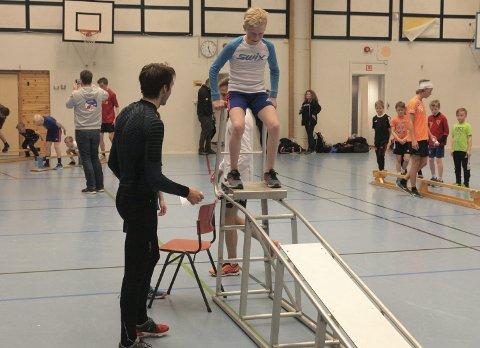 I tilløpet: De unge utøverne fikk prøve på hvordan det er å holde balanse i tilløpet, og tok sats før de landet på en madrass. Foto: Stian Forland