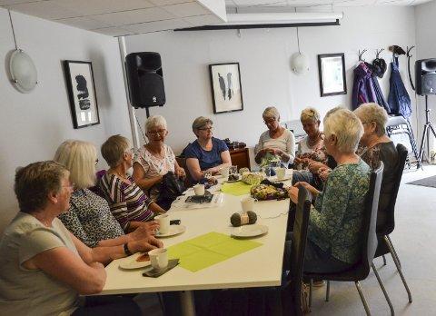 Frivilligsentralen: Startet med strikkekafé i 2006, og her møtes damene hver mandag forutenom ferier og røddager.foto: inger gretasdatter