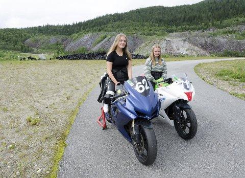 Mens Erika (venstre) kjører Suzuki har Emilie en Kawasaki. Begge to er sikre på at roadracing er noe de ønsker å fortsette med, og håper at de får muligheten litt oftere i fremtiden.