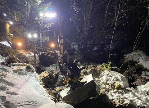 Gravemaskinen grov en dam til fjells for å sikre innbyggerne ved Einmoen vannverk vanntilførsel.