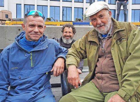 """Oskar Fagervik og Olav Neeraas, med  fotograf Viggo Knutsen i midten. Bildet er tatt i forbindelse med innspilling av dokumentaren """"Nordlands Jeanne d'Arc"""" i september 2020."""