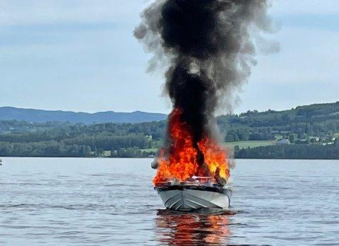Båt i brann: Det brant kraftig i båten på Mjøsa.