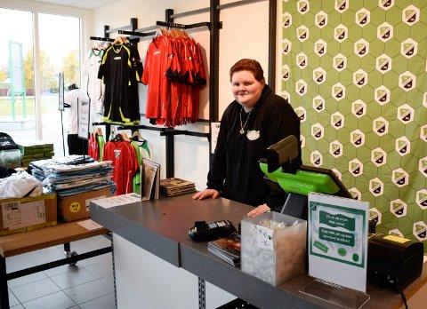 JOBBHJELP: Elisabeth Hubakk fikk jobbhjelp av  Menova. HBK-supporteren håper at praksisplassen i KBKårnern etter hvert kan gi henne full stilling innen salg og service.