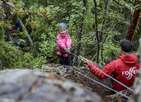 Espen Sparstad forteller Tiril (8) hvordan hun skal stå med ryggen mot kanten og bare lene seg bakover.