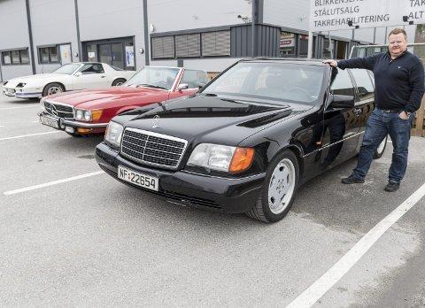 Her er tre av bilene til Ørjan Berg som han har sammen med faren sin. Alt fra bråkete amerikanske muskler til luksus fra Mercedes i to utgaver.
