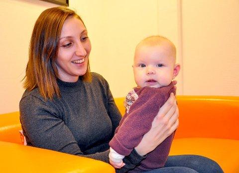 BIDRAR TIL ØKT FOLKETALL: Cecilie Halrynjo har sammen med mannen Morten Myhre bidratt på Jevnakers befolkningsstatistikk. I 2017 flyttet de til Jevnaker og for fire måneder siden ble Tuva født.