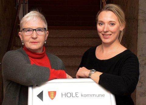 TØR Å TA IGJEN: Gro Veslemøy Svarthoel (til venstre) sitter igjen med et inntrykk av at kommunestyret i Hole er til for administrasjonen i herredshuset, og ikke først og fremst innbyggerne. Nina Lauritzsen tror at Hole-politikken trenger noen som før å ta igjen.