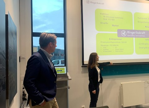 LEDENDE: Norge ligger langt fremme når det gjelder bilindustri. Det fikk tyske studenter lære mer om da de besøkte Ringerikskraft.