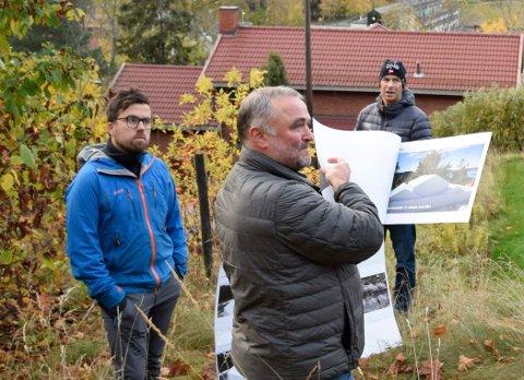 LYTTET TIL: Geir Johnsen og Christopher A. Wand (t.v.) satte pris på at de ble lyttet til, selv om politikerne ikke stoppet boligprosjektet. Frode Skallerud i bakgrunnen.