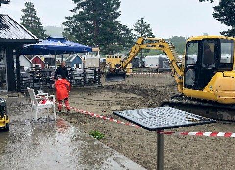 BYGGER NY TERRASSE: Campinggjestene bidrar når det bygges ny terrasse på Onsakervika Camping. Den skal gi gjestene mer plass når det arrangeres aktiviteter.