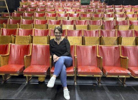 Klasse: Entusiastene i Papirhuset teater så verdien av 1930 stolene fra Verdensteateret. Daglig leder Tirill  Engelstad  forteller at stolene har blitt et varemerke for teaterhuset.