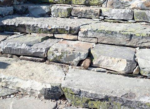 SINT OG LEI SEG: Denne trappa opplevde nylig en innrissing med dype spor. Både denne typen innriss og bruk av sprittusj gjør daglig leder ved Gaustatoppen Turisthytte lei seg og sint.